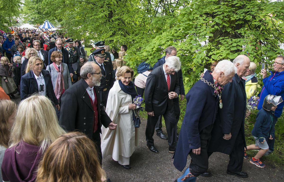 KOng Harald V og ordfører Einar Busterud i front. Dronning Sonja flankeres av Magne Rugsveen, avdelingsdirektør ved Anno Domkirkeodden (t.v.), og fylkesmann Sigbjørn Johnsen. (Foto/Photo)