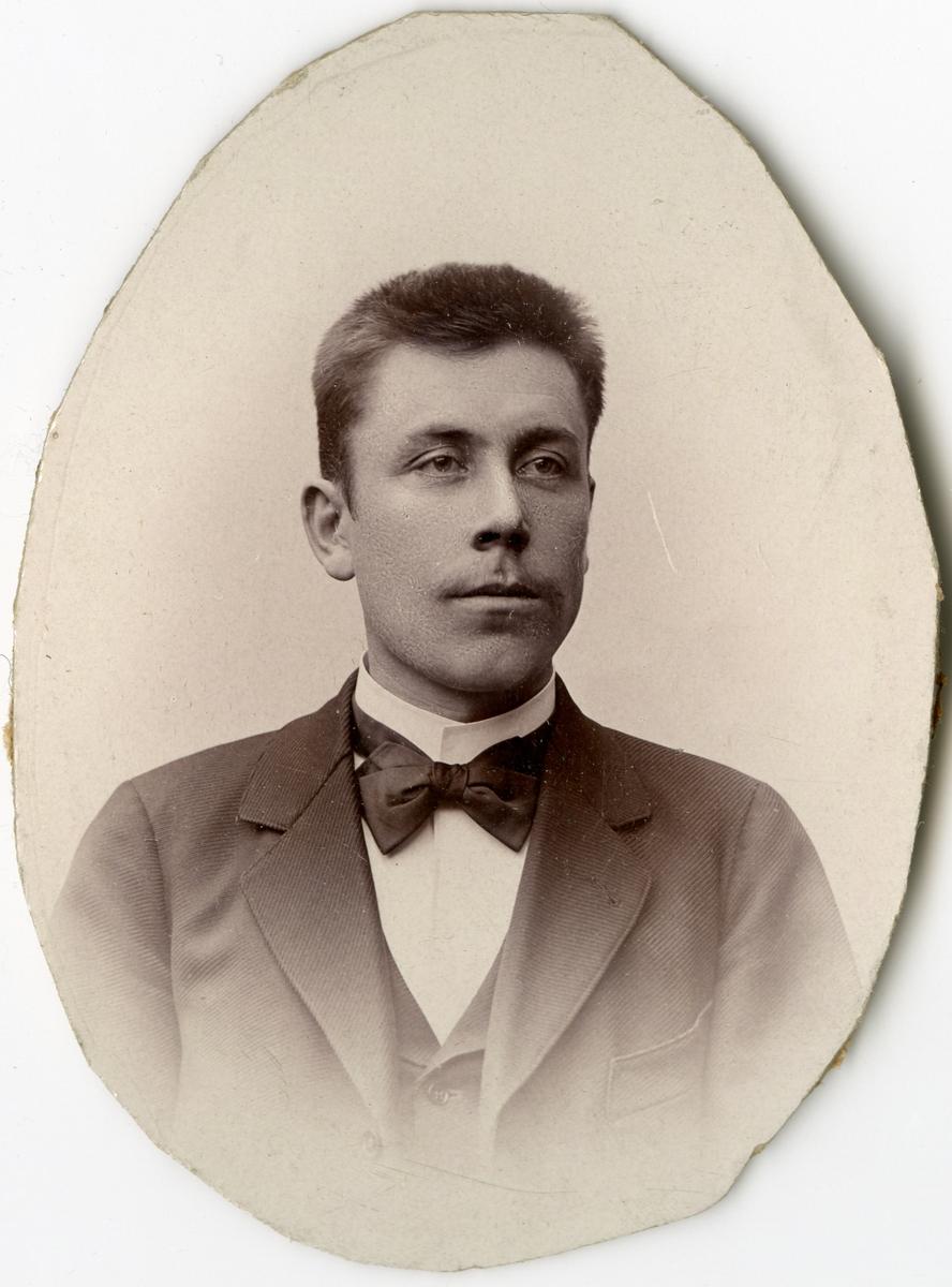 Porträtt av F.J. Johansson vid Stockholms Tyg-, ammunitions- och gevärsförråd.
