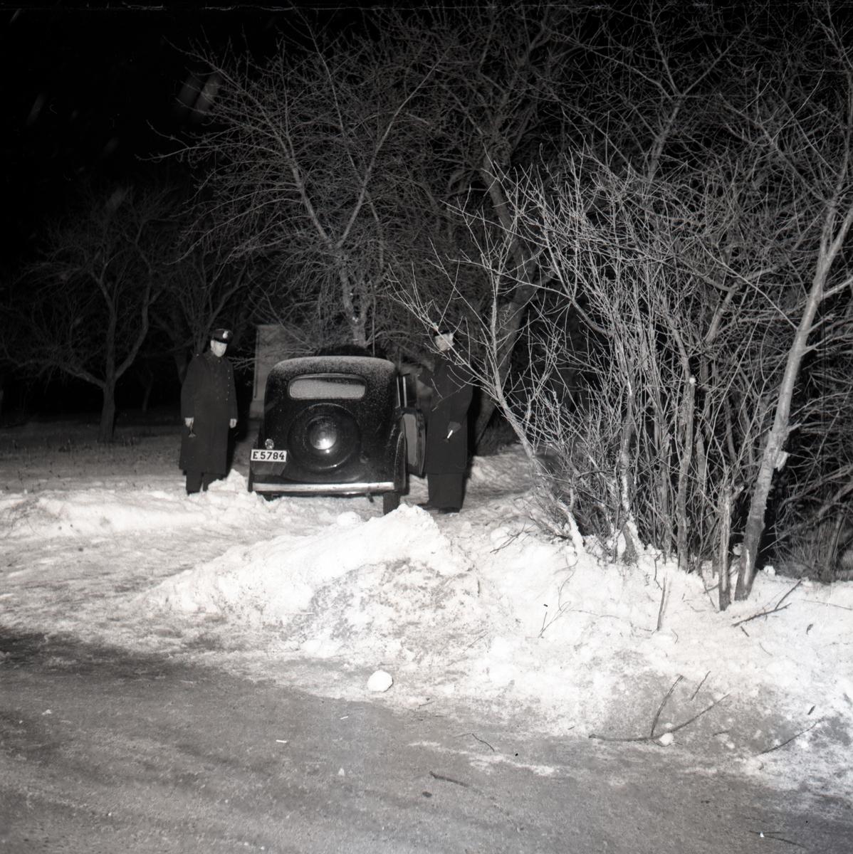 Efter att ha blivit jagade av poliser i radiobil, har ett par biltjuvar slutligen hejdats i Hackefors av ett träd. Bil. Krock. Singelolycka.
