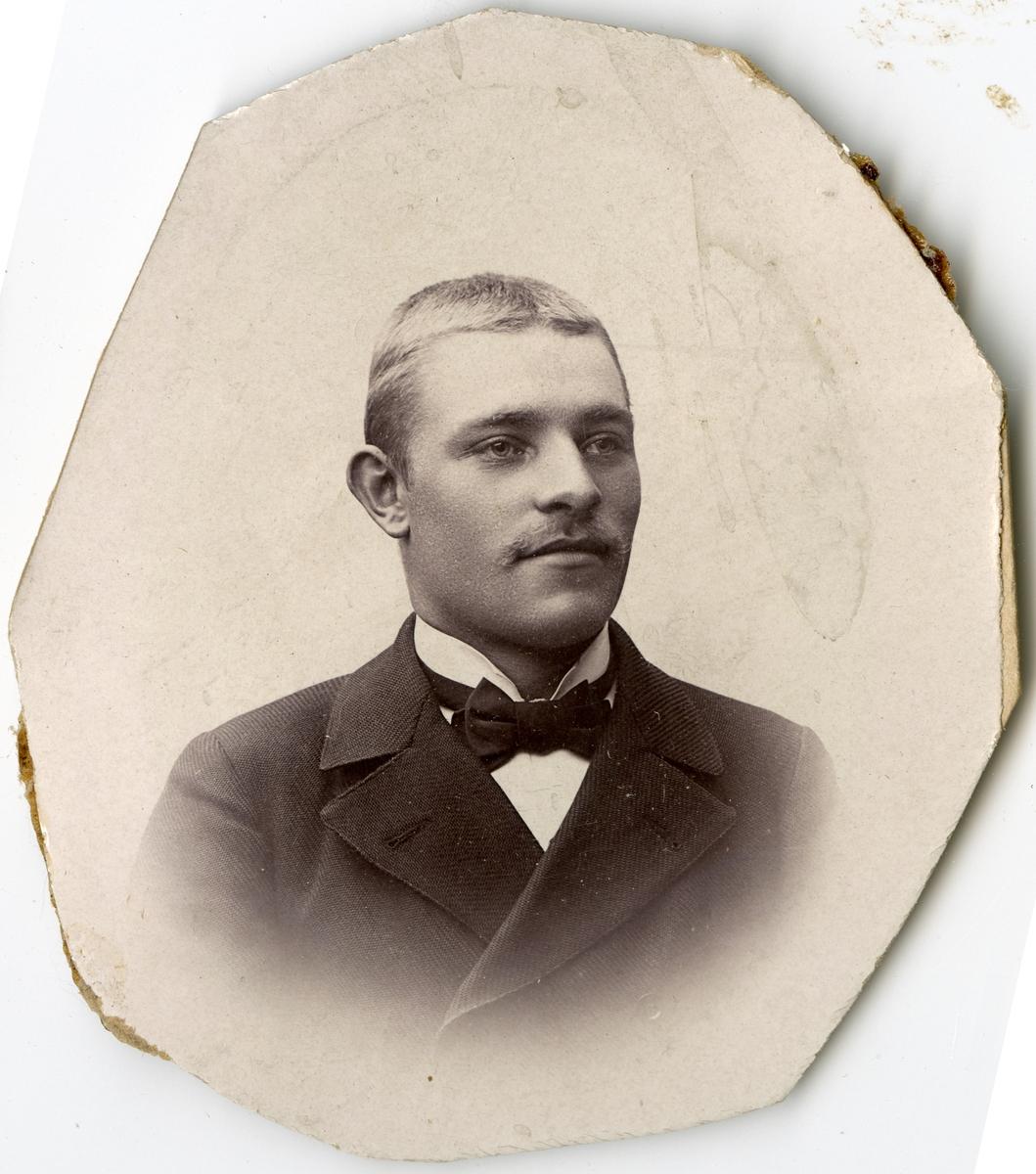 Porträtt av A.L. Bergström vid Stockholms Tyg-, ammunitions- och gevärsförråd.