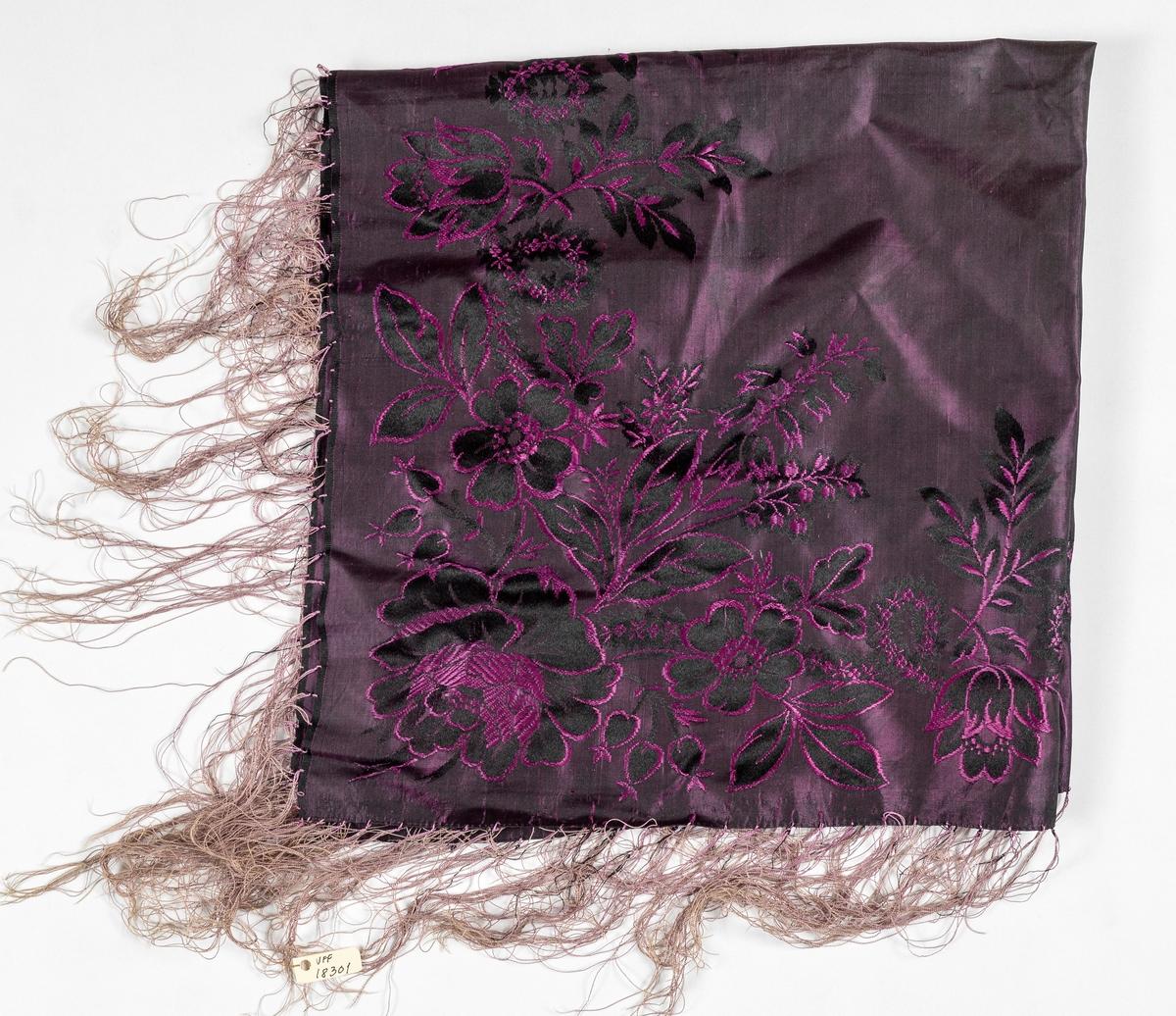Tørkle i silkedamask i svart med rosa og svart. Påsette silkefrynser.
