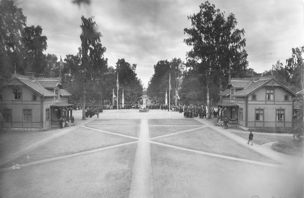 Västmanlands infanteriregemente I 18 uppställt på lägergården i Rommehed midsommardagen 1925. Utsikt från officerspaviljongen mot regementsluckan och exercisfältet.