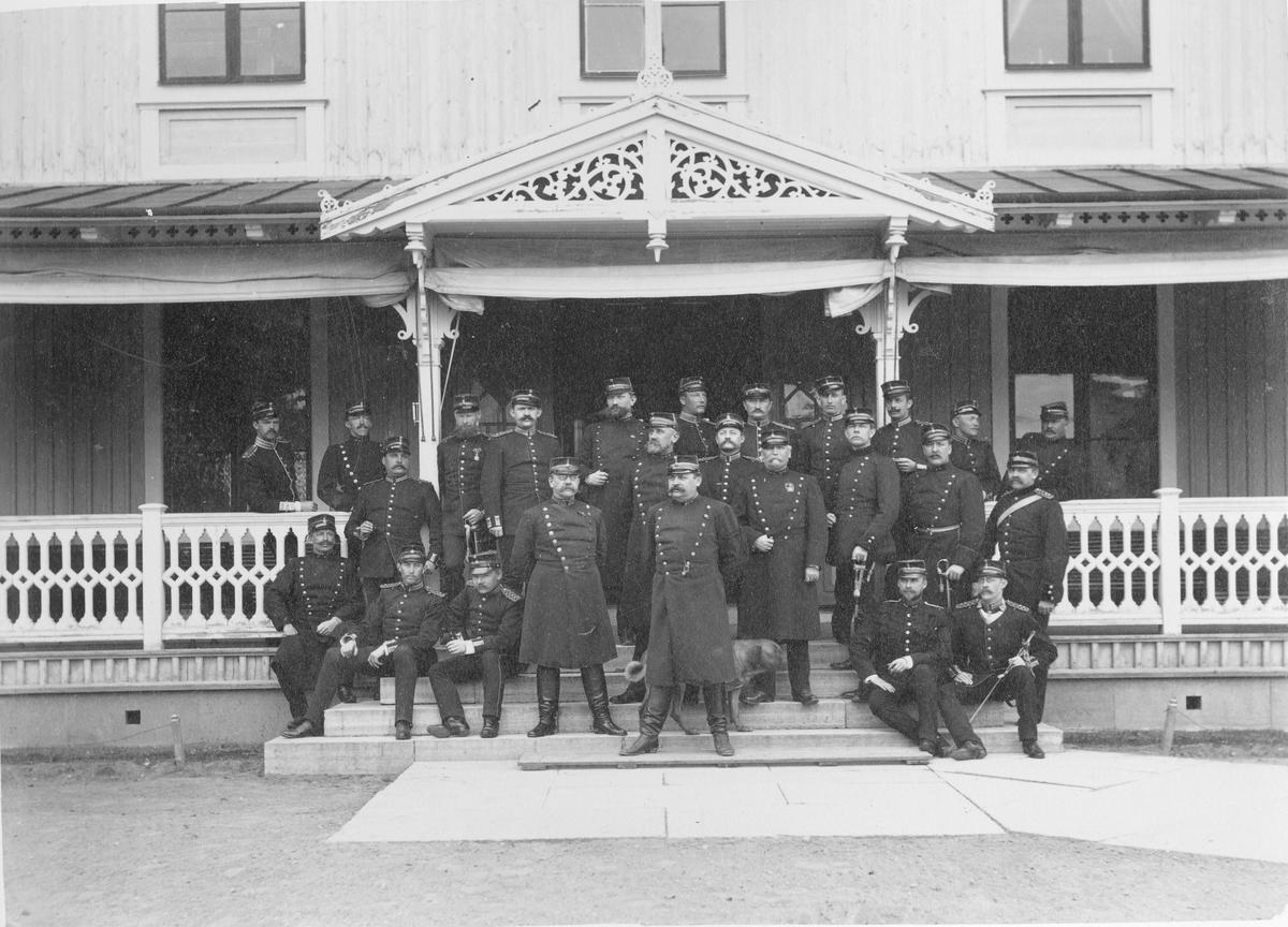 Officerare utanför logement vid Karlsborgs fästning.