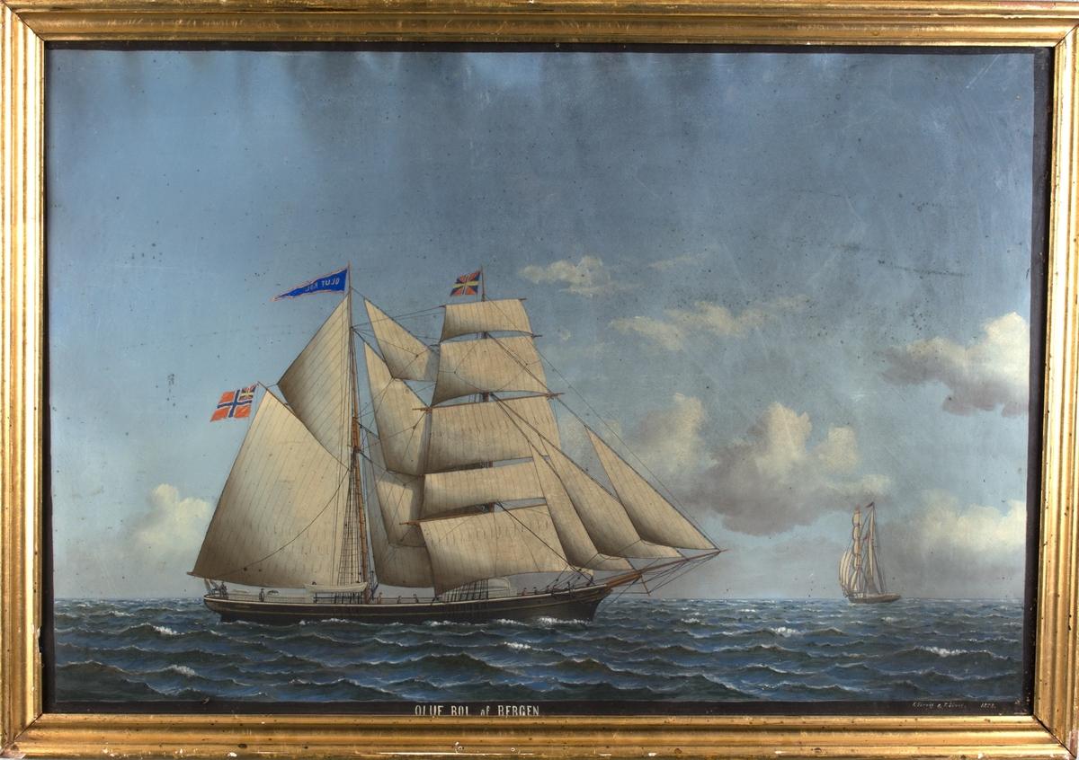 Skipsportrett av skonnertbrigg OLAF ROLL (OLUF ROL) med full seilføring. Skipet sees seilende for babord halse og slørende for styrbord halse. Fører unionsflagg akter samt vimpel med skipets navn i stormasten.