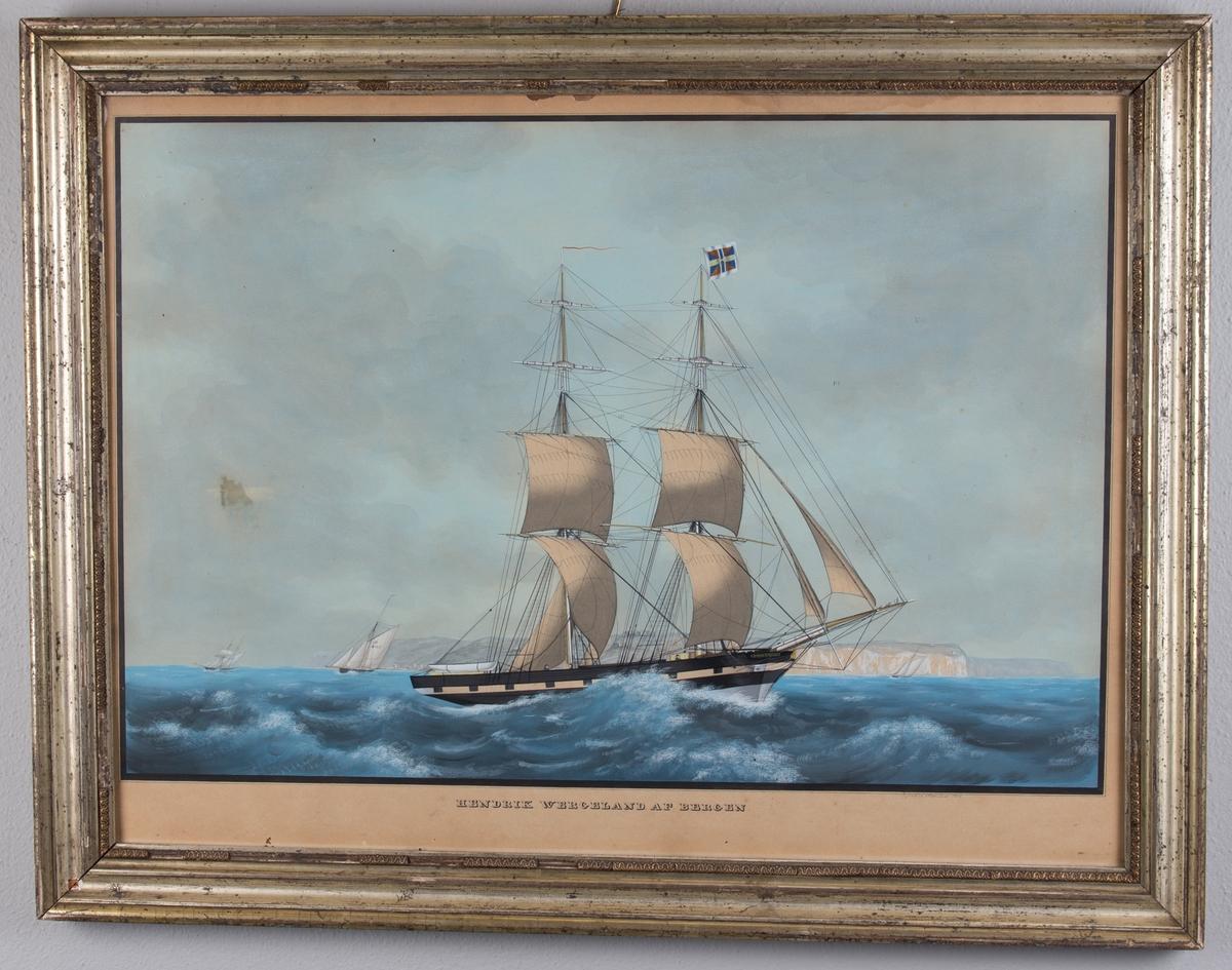 Skipsportrett av brigg HENRIK WERGELAND under fulle seil med klippene i Dover i bakgrunnen. Ser flere andre seilfartøy i bakgrunn.Skipet fører unionsmerke/orlogsgjøs (sildesalaten) i fortoppen.