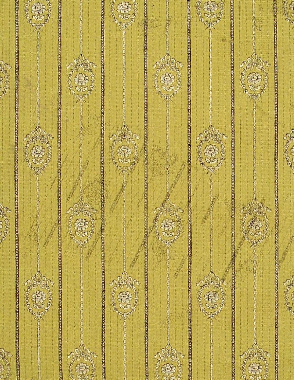 Ett vertikalt randmönster med återkommande blomstergirlanger i sidenband omväxlande med en smalare spetsbård. Bakgrunden är försedd med prickdekorerade ränder. Tryck i senapsgult och svart.        Tillägg historik: Tapet från gårdsmagasinet på Bråborgs kungsgård - Norrköping.
