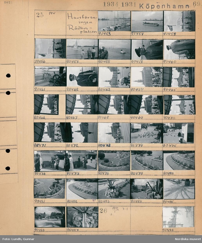 """Motiv: Haveföreningen, Rådhusplatsen; Vy över hamn med båtar, människor står på en brygga med skylt """"Motorbaade Havnegade - Höjebro Islands Brygge"""", porträtt av en man med pipa, en pojke som säljer biljetter, stadsvy med fotgängare, möjligen fotograf Gunnar Lundh och en annanman som står med smörgåsar på ett torg, en plantering i en park, vy över en park.  Motiv: (ingen anteckning) ; Exteriör av ett snötäckt hus."""