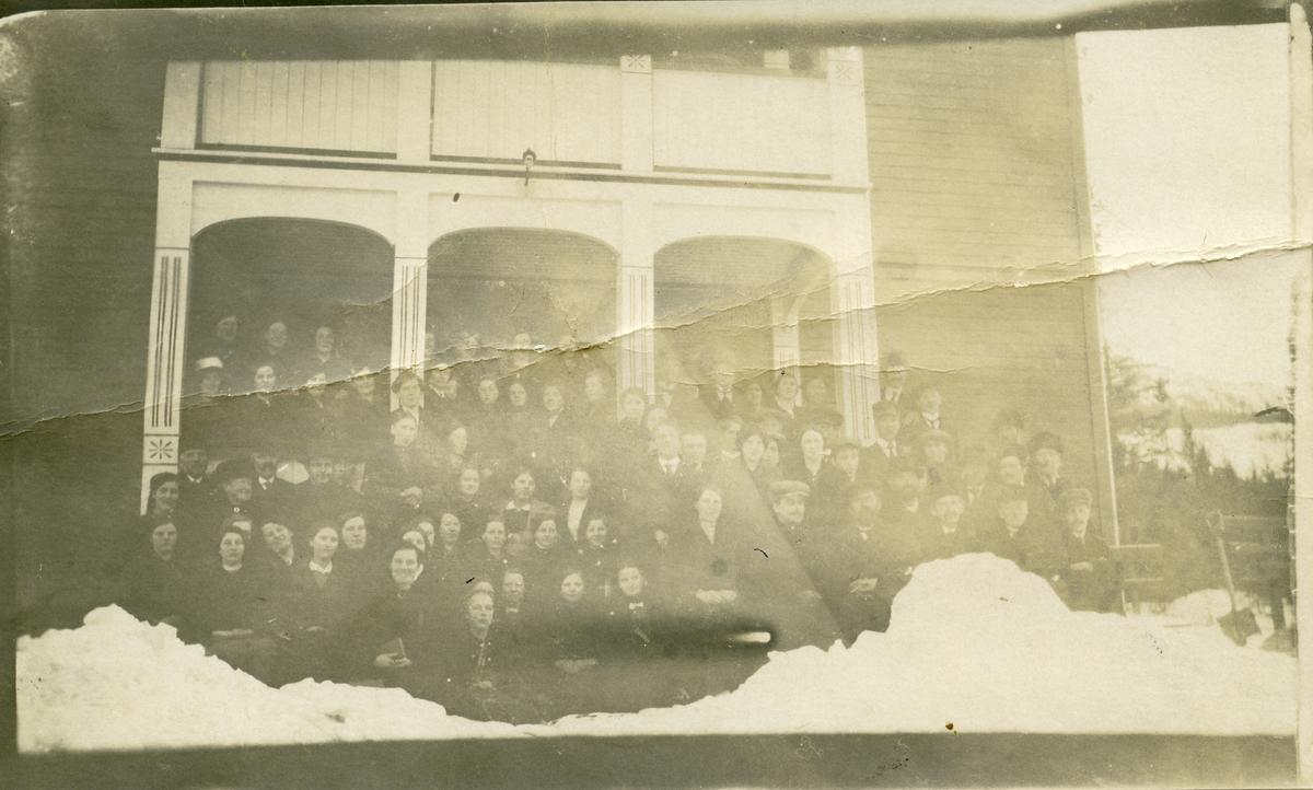 En gruppe mennesker oppstilt på trappa til bygningen Bankvoll, Bagn, Sør-Aurdal.