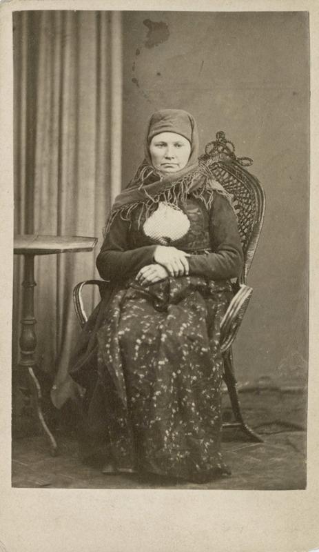 Berit Bendixdatter Solumeie, født 1836, bosatt i Sigdal, arrestert i 1870, innsatt i distriktsfengslet i Hokksund for å ha fått 3 barn utenom ekteskap.