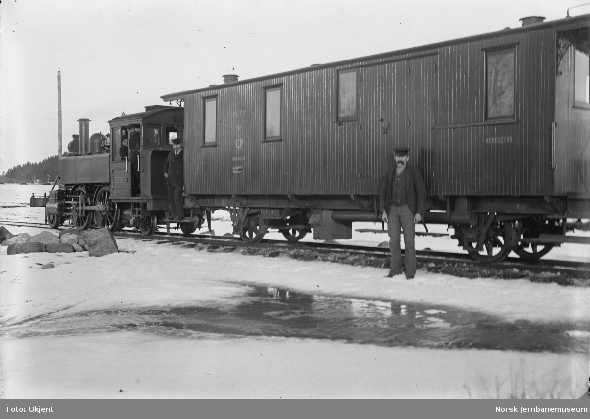 "Tønsberg-Eidsfossbanens damplokomotiv ""Tønsberg"" foran postvogn litra DF nr. 6"