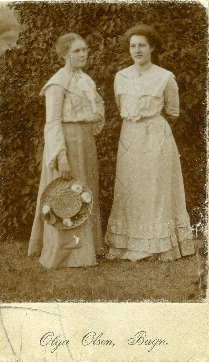 Portrett i helfigur av to kvinner.