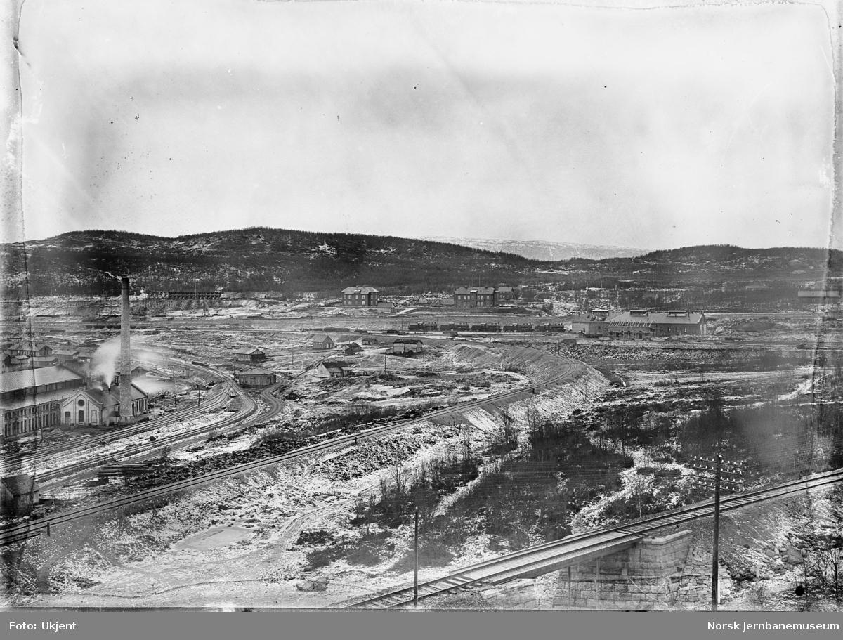 Utbyggingen i Narvik med NSBs lokomotivstall og verksted og noe av LKABs områder - fem damplokomotiver type 19a ved lokomotivstallen
