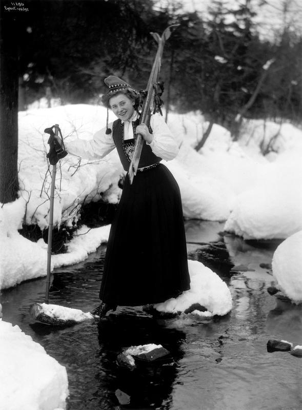 Skiløperske frk. Gundersen over bækken 9/2 1910 (Foto/Photo)