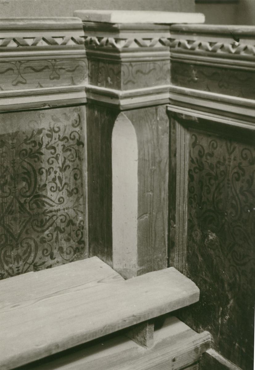 Detalj av drottningstolen i Slottskyrkan. Insidan av norra gaveln samt sydvästra hörnet.