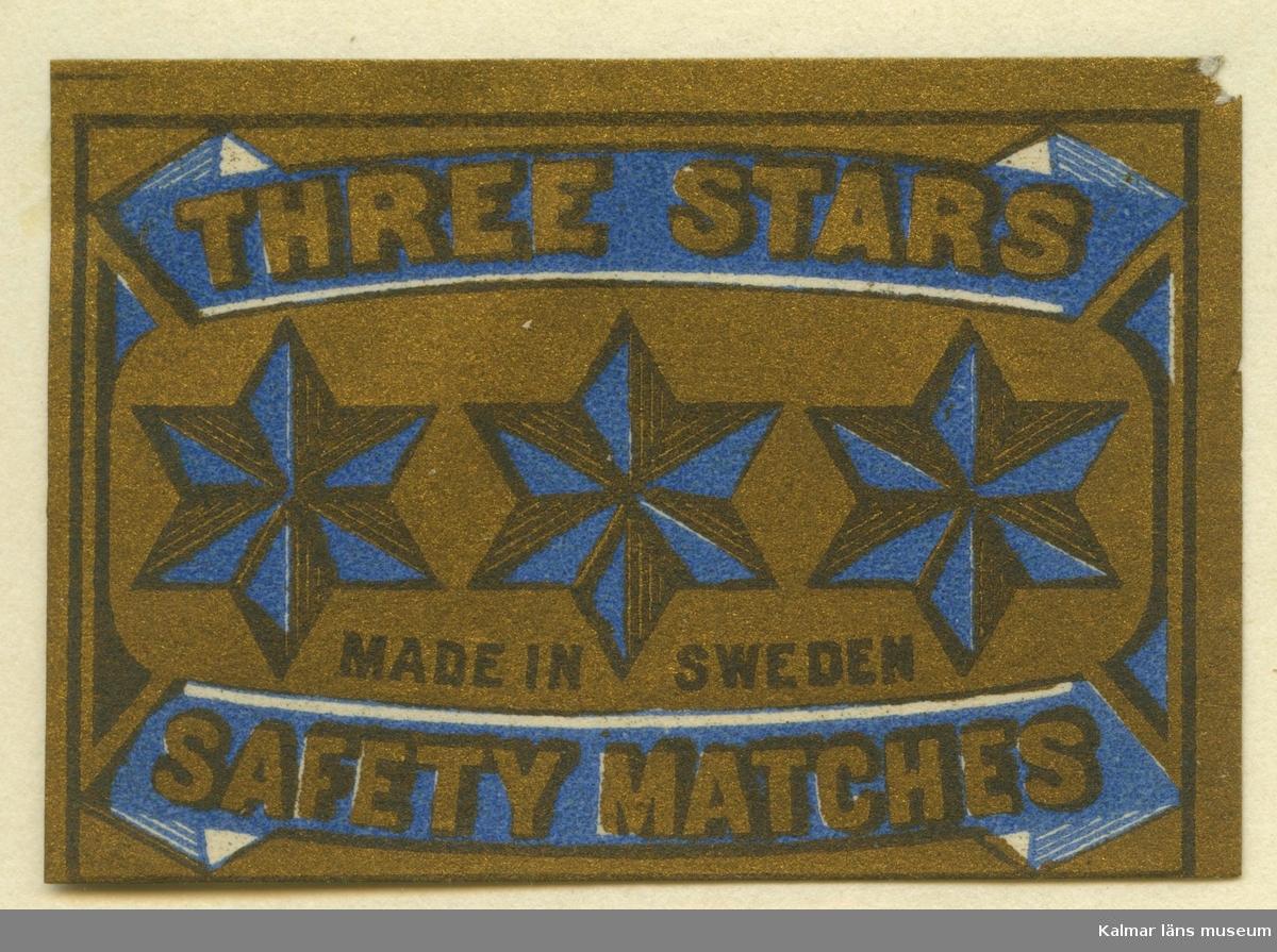 """Tändsticksetikett från Mönsterås Tändsticksfabrik, """"Three Stars Safety Matches""""   Mönsterås har haft två tändsticksfabriker. Den första var Rosendahlsfabriken som anlades 1869 av apotekare Götvid Frykman (1811-1876). Frykman bodde i Kalmar och innehade apoteket i Borgholm 1842-1864. Fabriken lades ner 1887 men 1892 anlades en ny fabrik av Ernst Kreuger och hans bror Fredrik i London under firma E & F Kreuger i Kalmar. Detta skulle bli inledningen till Kreugerepoken inom den svenska tändsticksindustrin..  Under 1800-talet  tillverkades vid fabrikerna i huvudsak svaveltändstickor för export. Genom att också fosfor ingick i tändsatsen var de lättantändliga och orsakade ofta små bränder inom fabriken. Stickornas isättning i ramar gjordes för hand och var hälsovådlig för arbetarna, varför de måste passera vakten till tvättrummet som såg till att alla tvättade händerna före måltid och vid arbetets slut. Fosforångorna var också mycket skadliga särkilt för personer med dåliga tänder. Frykman som ägde Rosendahlsfabriken, sålde den till A M Lindqvist från Mönsterås. Lindqvist utökade rörelsen avsevärt, men tillverkningen omfattade bara fosfortändstickor. Mönsterås Tidning skriver i en artikel 1882 att fabriken hade 120 anställda och att priserna låg under Jönköpings. Efter konkursen 1887 lades fabriken ner.  (Uppgifterna hämtade från http://thoresmatches.se/tandsticksfabriker/monsteras_tandsticksfabriker.htm)"""