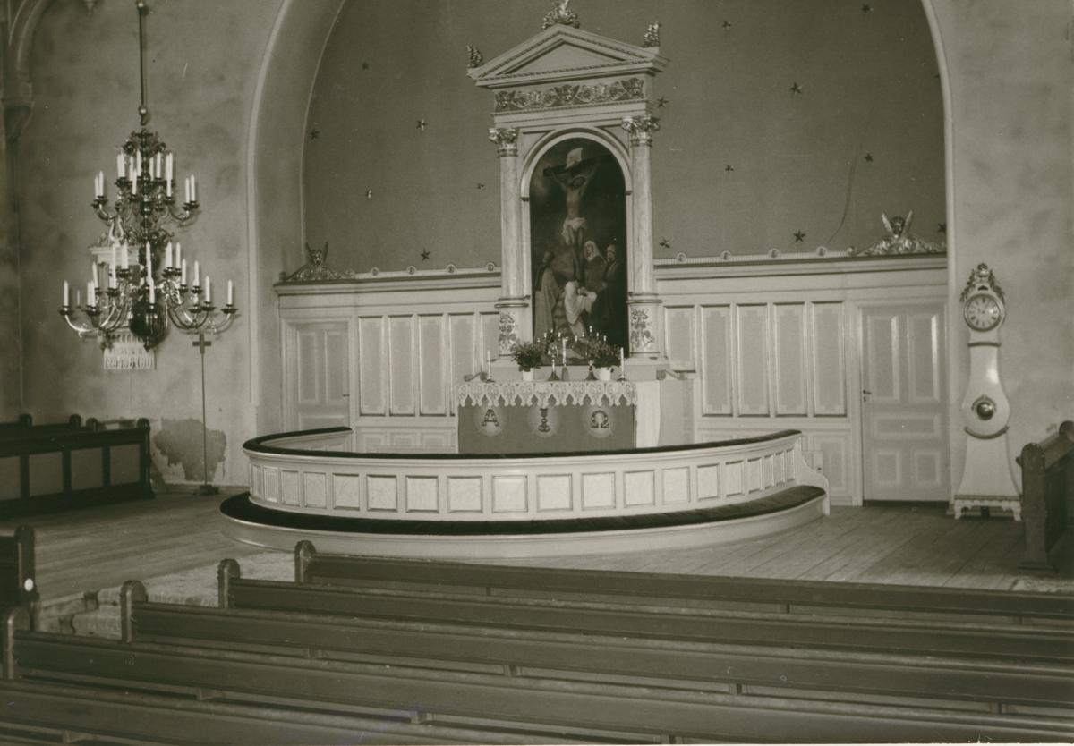 Interiör från långhuset i Hannäs kyrka före restaurering. Altartavlan är målad av prosten Gustaf Lundqvist från S:t Anna.