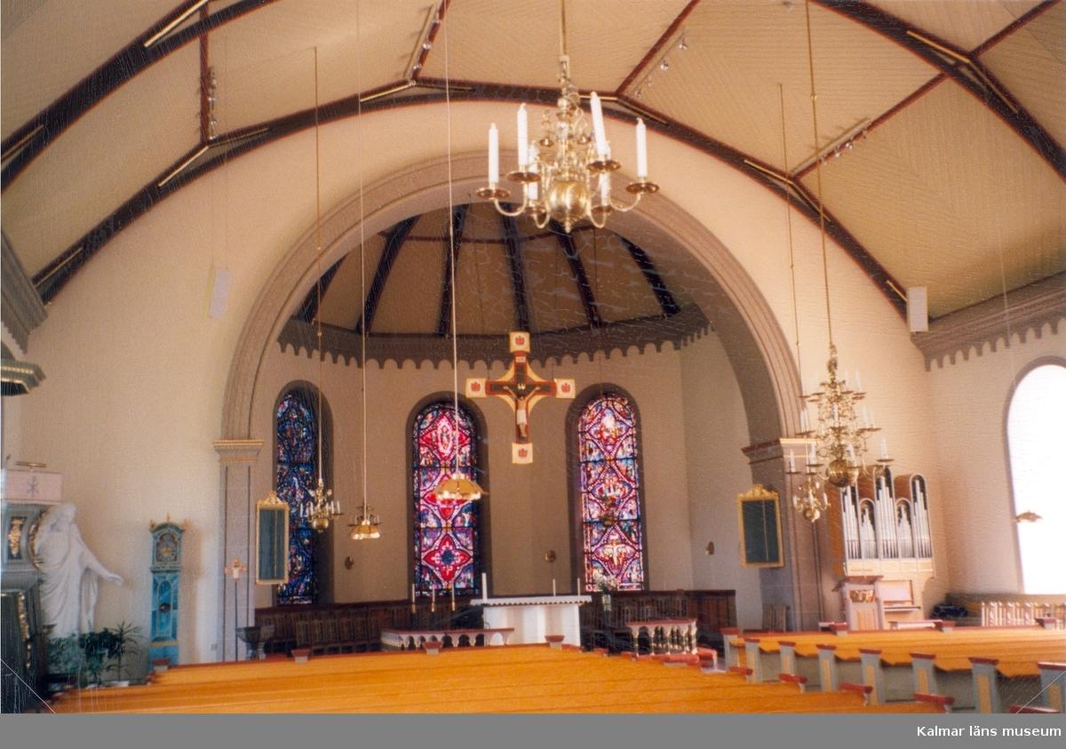 Interiör från altaret i Madesjö kyrka.