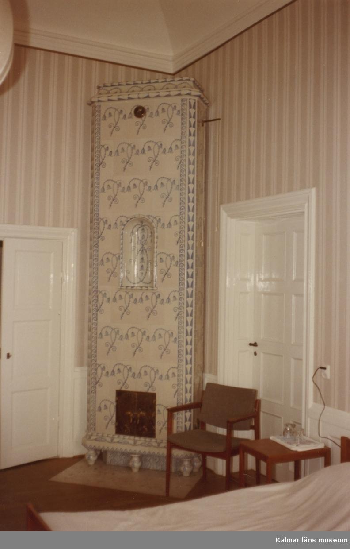 Hall, våning 1 trappa.  Svensknabben bebyggdes under 1880-talet av Leonard Jeansson och ärvdes sedan av konsul John Jeansson som 1901-1902 lät uppföra den stora putsade byggnad som ännu står. Fastigheten såldes 1962 till Kalmar kommun som använde huvudbyggnaden till konferensanäggning, men även hyrde ut den till privata fester. 1984 såldes fastigheten till Capitex som kontoriserade husenn. Idag inrymmer de ett flertal tjänsteföretag.