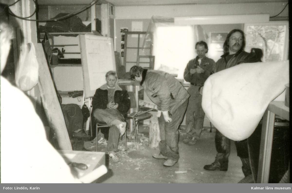 Foto:Karin Lindén, arkitekt, april 1995 Morgonsamling i verkstaden.