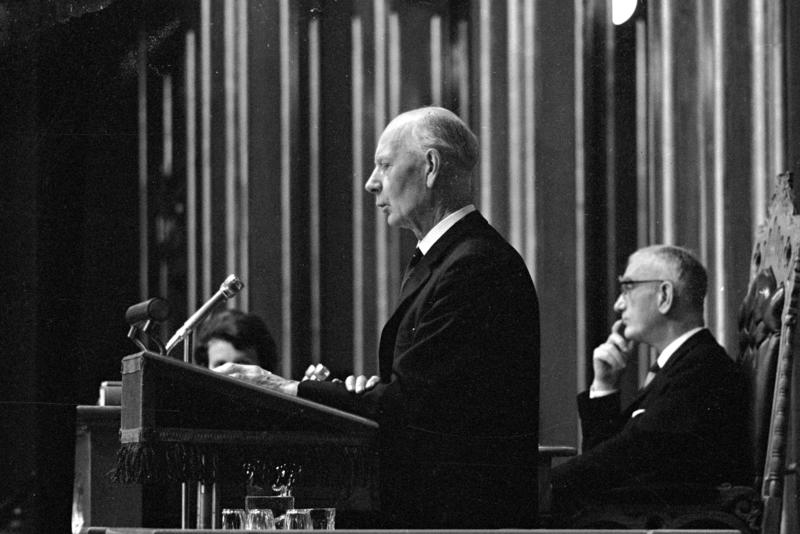 Einar Gerhardsen på talerstolen under trontaledebatten. Fotografert oktober 1965.