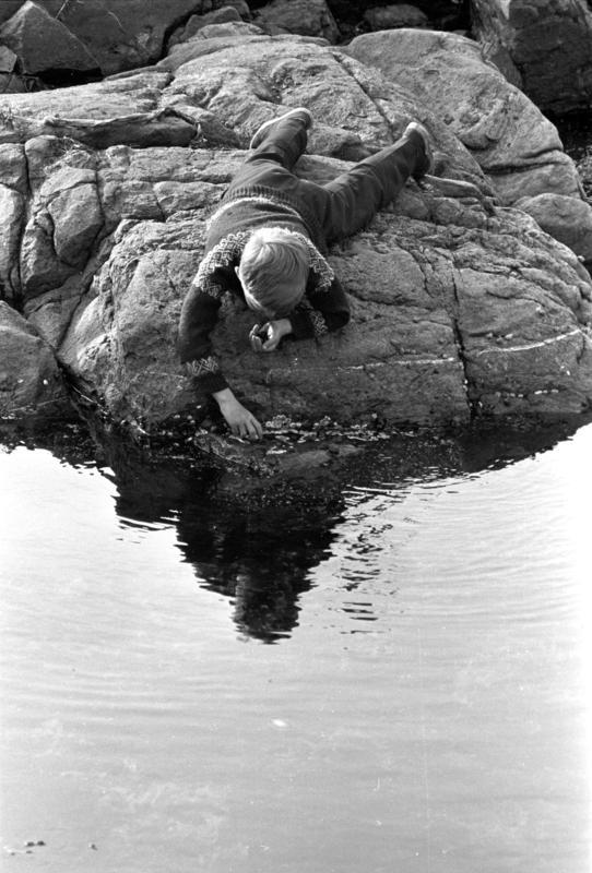 Lillehavn, Lindesnes, 1967. Lek i strandkanten, svaberg. (Foto/Photo)
