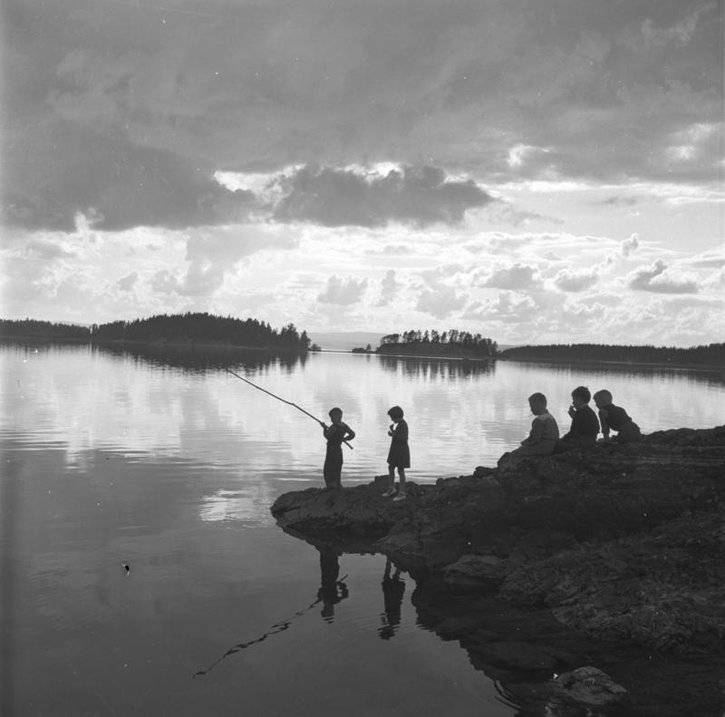 Tyrifjorden friluftsområde, Buskerud, juli 1954. Barn fisker.