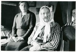 Marit Fønhus og Ingebjørg Olsd. Islandsmoen, ca. 1915.