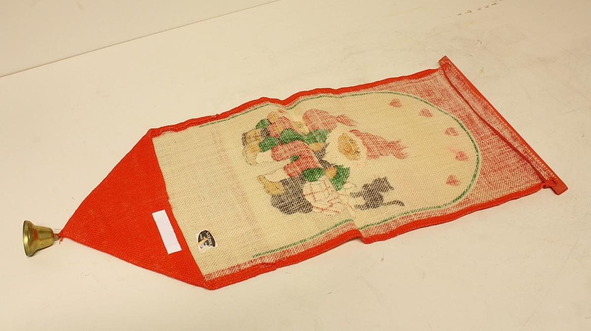 Dekorativ tekstiloppheng til julekort/-brev. Rektangulær, ender i en spiss. Bjelle i spissen. Trelist oppe for at den skal henge fint.