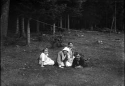 Möjligen Karin Rythén (i hatt) och Anna Rythén med i övrigt