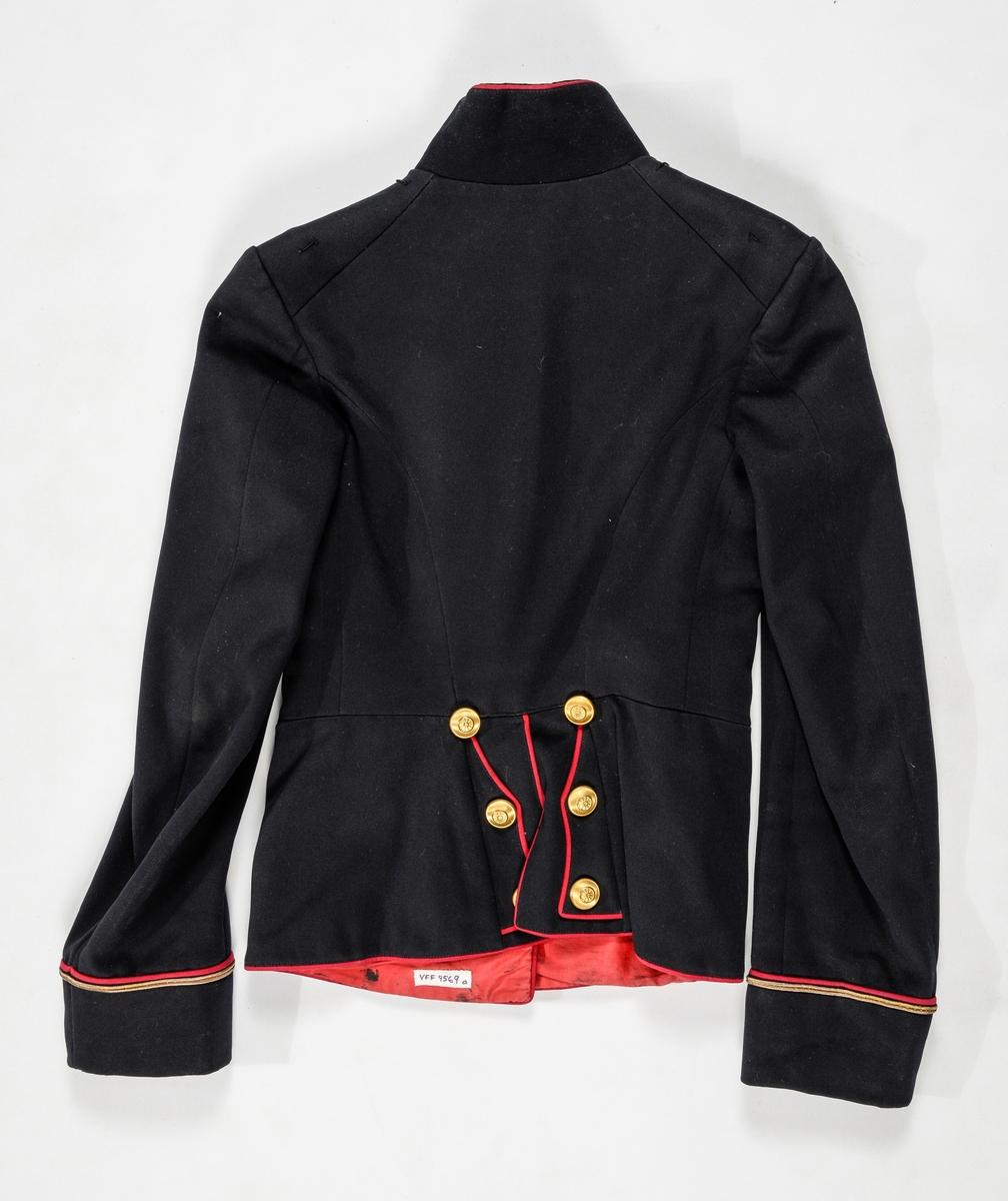 """Uniform, løyntnantsuniform, i svart klede med kantar i raudt klede. Registreringa inneheld A. Trøye, B Bukse, C Band med duskar. Trøya har ståkrage, enkel knapping med  åtte knappehol og åtte blanke knappar. Knappane har motiv av eit """"hjul"""". Todelt erme med oppbrett, raude kantingar, gullsnor og tre knappar. Fóra med raudt glatt bomullsfor. Framstykket er vattert. Buksa (B) har breie raude kantingar i sidene. Gylf med knapping. Linning med splitt og spensel midt bak. Ei lomme på kvar side. Band med duskar (C) Kypertvevd raudt med duskar i endane. To metallspenner. (C ligg i eske i reol A, seksjon 2, fag III, hylle 2b)"""