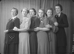 Gruppebilde. Veninegruppe. Seks ung kvinner. Bestillt av Ann