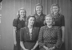 Gruppebilde. Gruppe på 5 unge kvinner. Bestilt av Solveig St