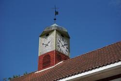 Hovinsholm, Nes, Ringsaker.  Lukket klokketårn med illuderte