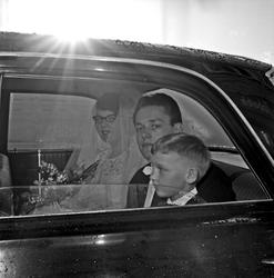 Bryllup brudeparet ankommer kirken, under vielsen og når de
