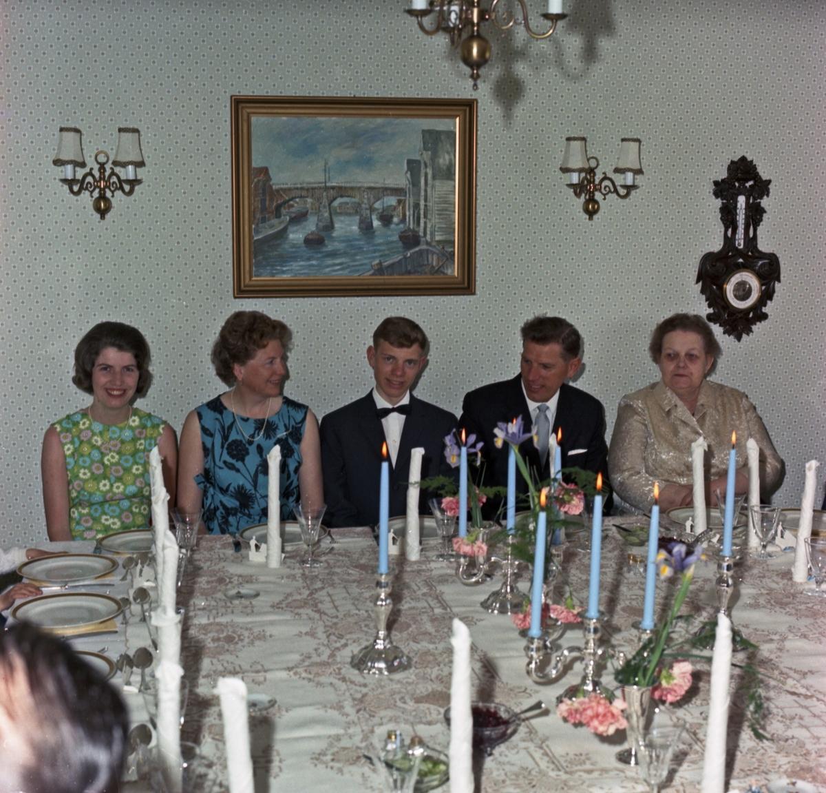 Portrett familieselskap, flere generasjoner samlet til feiring - bestiller Einar Walstrøm
