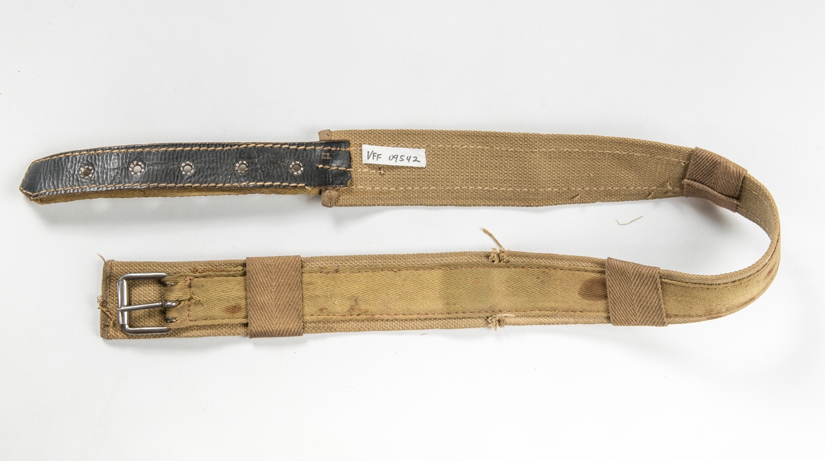Beltolær i strie og kypertvove tett band, Metallspenne i eine enden, i den andre fem maljehol. Tre smettestolar.