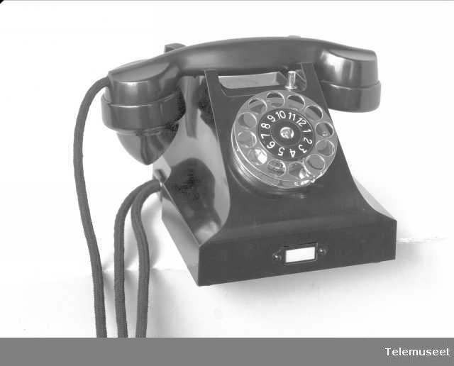 Telefon, bordapparat i bakelitt, lokal med 4 trykknapper og mtlf.liggende, klokke likestrøm, Elektrisk Bureau.