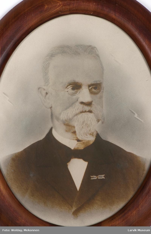Peder Olav Debes (het tidligere Nielsen), født 4. mars 1845 - død. 30. mai 1914.Toldkasserer i Larvi 1. oktober 1893 - juni 1897.