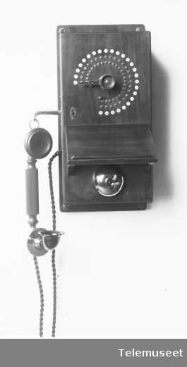 Telefonapparat, lokalt veggapparat i tre. 25 lj. Med mtlf.hengende. Klokke likestrøm. 12.8.13. Elektrisk Bureau.