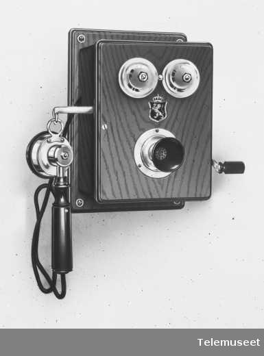 Telefon, magneto veggapparat i tre, mtlf.hengende, klokke 400 ohm.  13.3.14. Elektrisk Bureau.