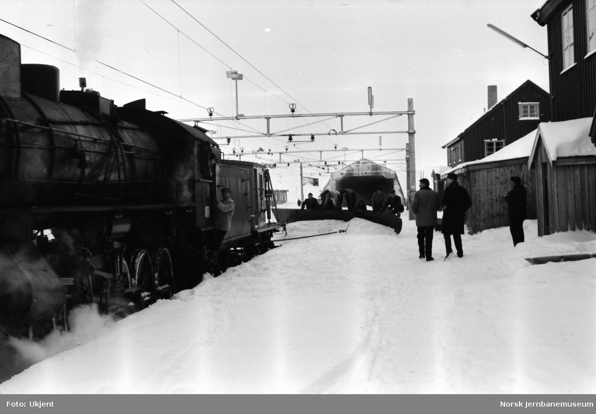 Snørydding med plattformskrape på Finse stasjon