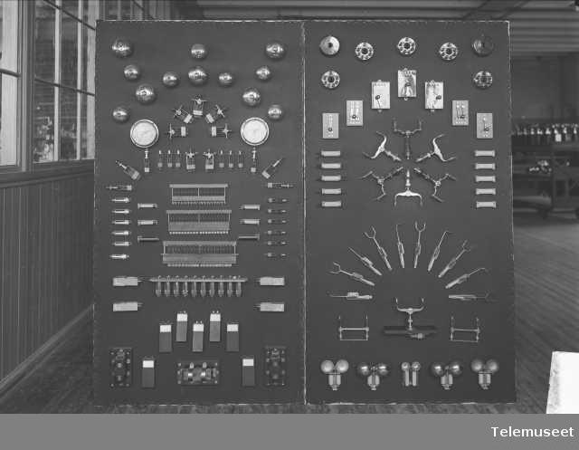 Telefonutstyr, klokker, gafler, propper, velgere mm. Verdensutstillingen Frogner nov 1914.  Elektrisk Bureau.