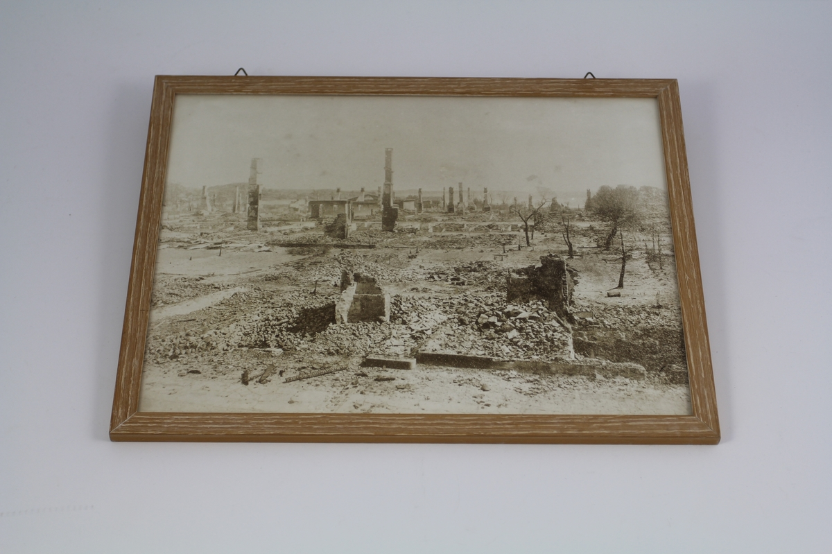 Fremstiller ruiner etter bybrannen i 1892.