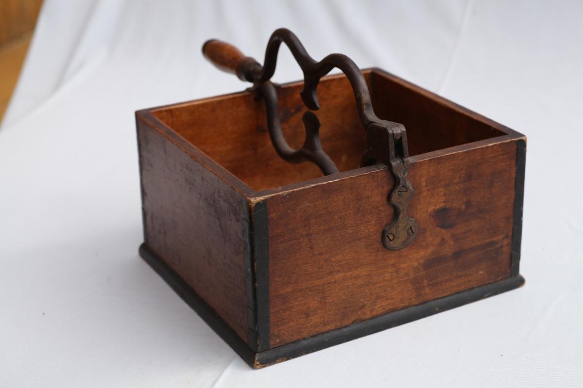 Montert på kasse av brunbeiset bjørk, håndtaket på saksa er valbjørk. brukt til å klippe opp sukkerplater og stykker av sukkertopper som først var delt opp med sukkerøks.
