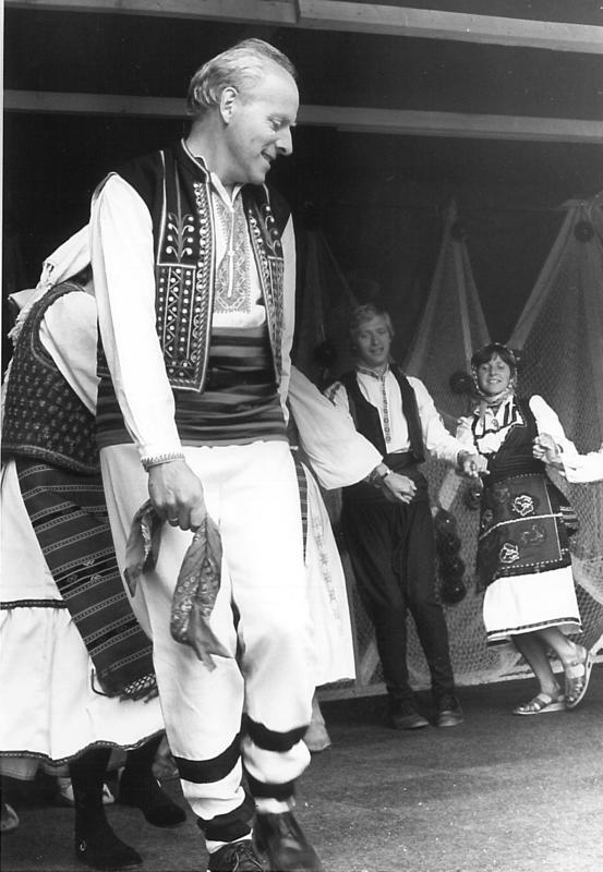 Arne Espelund leder an dansen under en opptreden. Arne er kledd i folkedrakt fra Bulgaria.