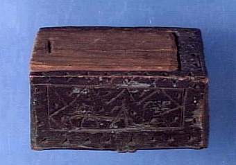"""Liten ask med skjutlock och skuren dekor, inreg. som låda, locket troligen nyare än asken, skuren i ett stycke, inköpt till museet för 75 öre, Text i liggaren: """"... skuren, försedd med stick av knivspetsen ...""""   Neg.nr: 1987-0001 Sakord: ASK med lock Tillverkningstid: 1805 Material: björk fur Teknik: uddsnitt målat skuret Mått: L=76 B=57 H=41 Vikt:"""