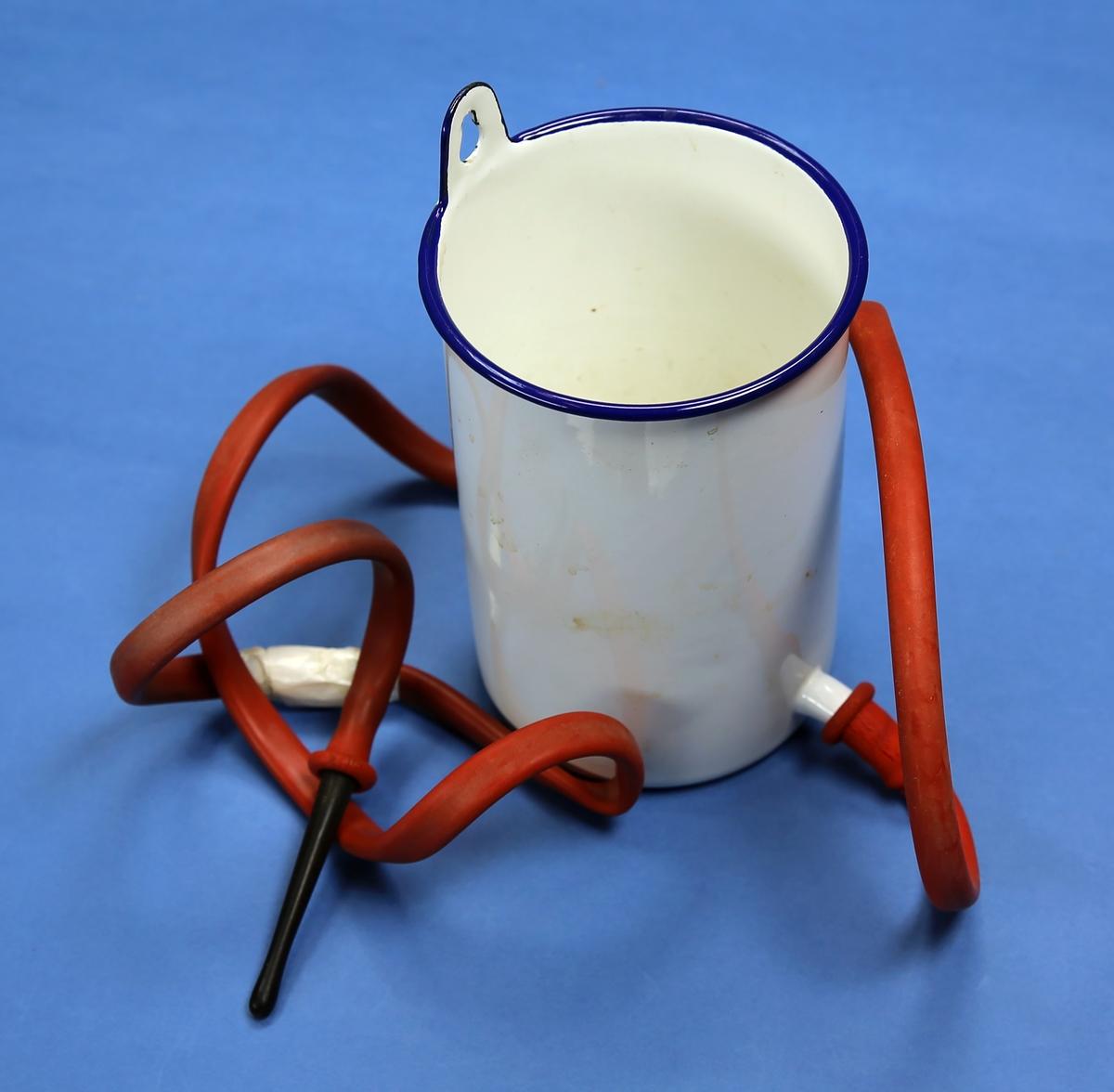 Kanne av emaljert metall, til flergangsbruk, med opphengskrok på øvre kant og en tut ved bunnen for tilkobling av slange der en gummislange med en plastsylinder i enden er festet på