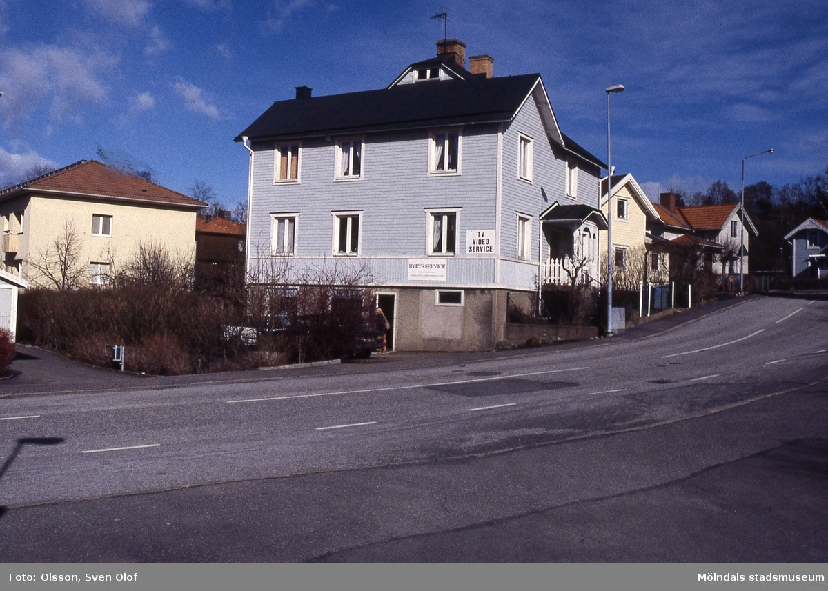 Rygatan 17 i Mölndal i april 1995. Teodor Nilssons affär hade tidigare legat i huset. Kv 22:25.