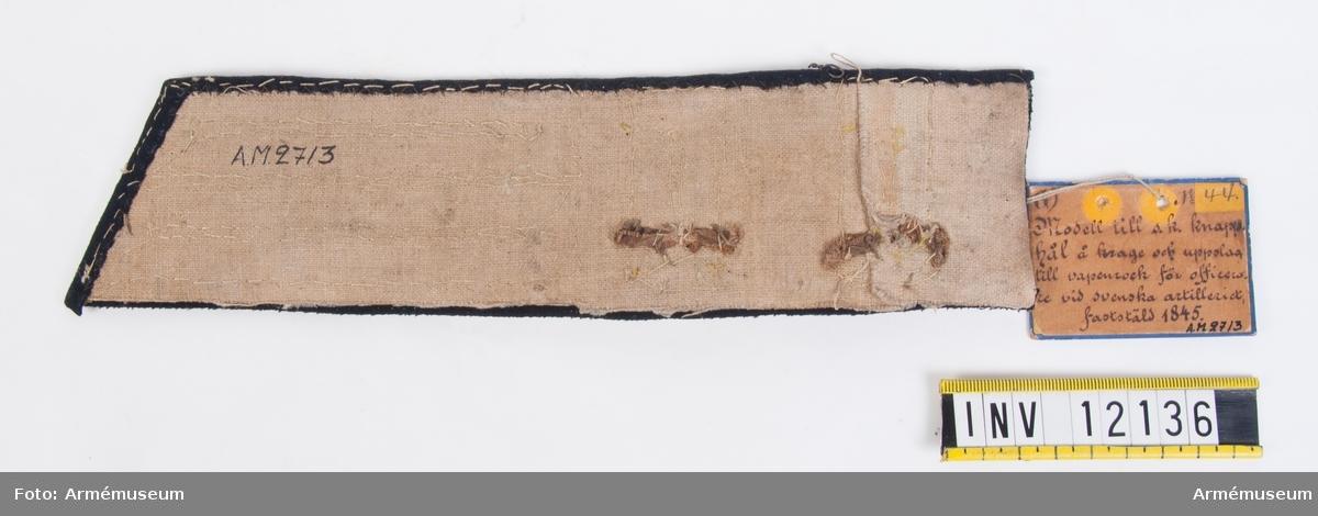 Grupp C I. Modell till s k knapphål av guldgalon på krage och ärmuppslag till vaperock m/1845 för officerare.