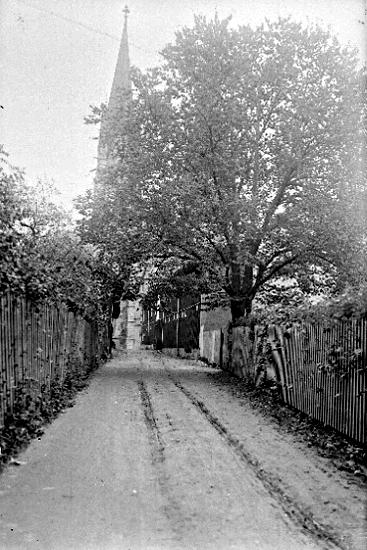 Bildtext: Skara, Alandersgatan. Domkyrkan i bakgrunden.